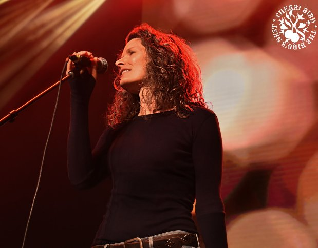 Live Review Edie Brickell Amp The New Bohemians Deep